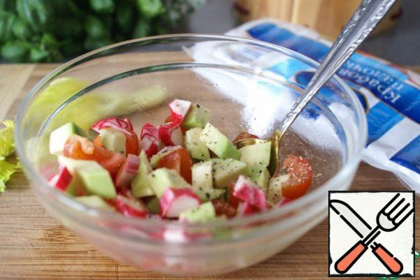 Mix salad in a bowl, seasoning it with olive oil, lemon juice, salt and pepper to taste.