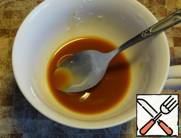 In a cup mix starch, sugar, soy sauce. A thin stream pour the mixture into the soup.