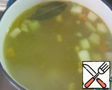 Send in the soup vegetable roasting. Add the Bay leaves. Salt and pepper to taste.