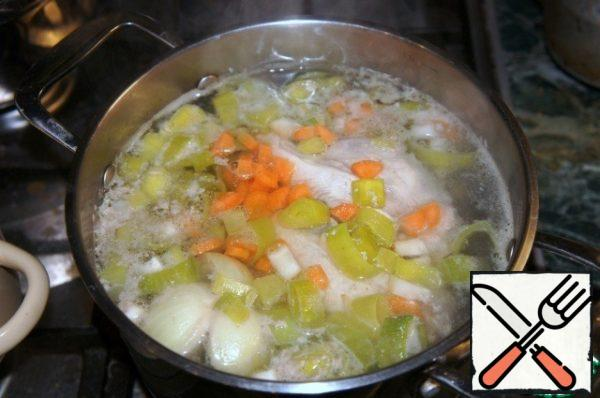 Cook chicken broth: 2 liters of water, 1 chicken breast, 1 small onion, a light green part of the stalk of leek, 1/2 carrot, a piece of celery root. The brisket wash, cover with cold water and put on fire. Add the chopped small pieces of vegetables, bring to boil, cook on low heat for 30-40 minutes.