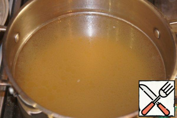 Ready broth, remove the breast, vegetables, squeeze and throw.Cut the meat and put it aside, covered with a film.