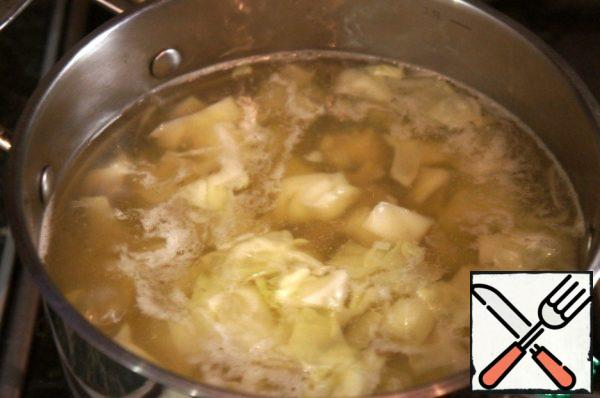 Sprinkle potatoes, bring to a boil again, add salt.