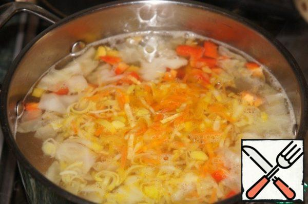 Add bell pepper and frying, again bring to a boil, reduce the heat and cook for 10 minutes.