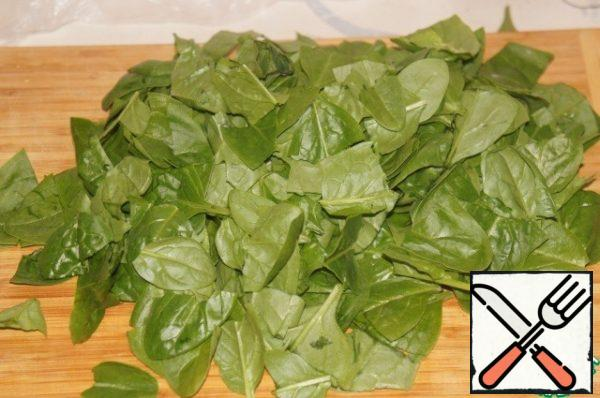Spinach to sort and gently wash under running water. Shake off the water.