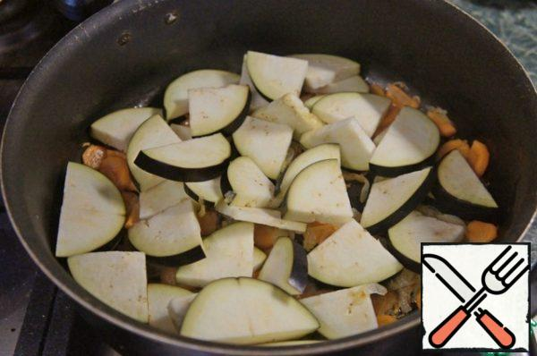 Then add the remaining oil, add eggplant.