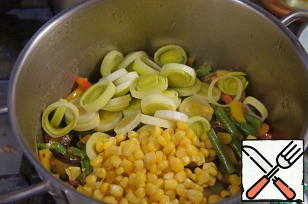 Spread vegetable mixture in a saucepan, add corn and leeks.