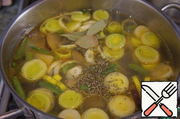 Salt and pepper to taste, add thyme and cook over low heat until tender, about 10 minutes. For 2-3 minutes until cooked put a few leaves Bay leaf.