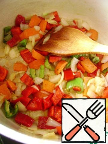 Vegetables clean, wash and dry. Cut into large chunks and fry in butter in a saucepan. First onion, carrot and sweet pepper. Stir occasionally and do not give too reddening.
