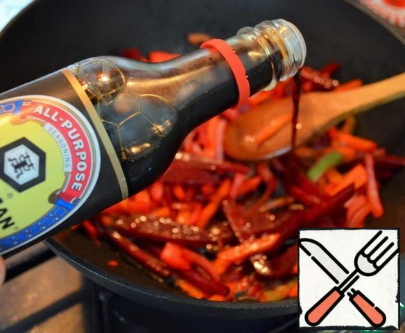 Pour soy sauce to vegetables, mix and remove from heat. Put in the broth. Cook for 10 minutes.