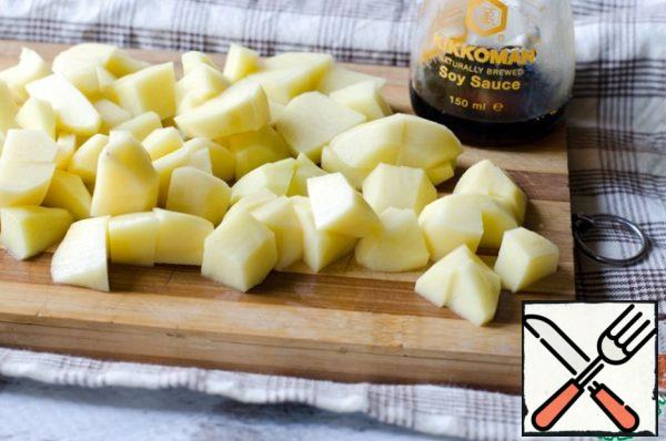 Peel the potatoes and cut into cubes. Into the broth put the potatoes and sauteed onions and carrots. Cook until the vegetables are tender. Salt and pepper to taste.
