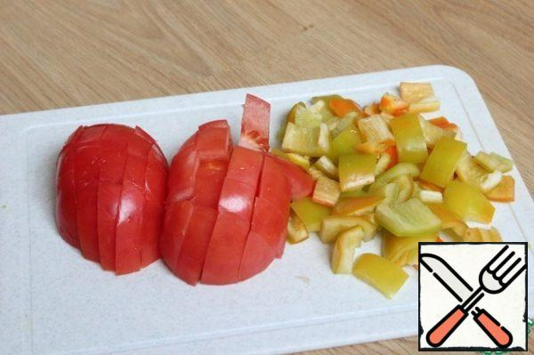 Tomatoes cut slices 1/1 see the same pieces of sliced pepper.