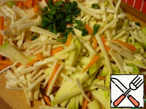Bring to a boil broth and cook rice in it to readiness. While cooking the rice, we cut very thin strips of carrots, celery, parsley root, kohlrabi. Green onions cut into rings. Once the rice is cooked, add all the vegetables to the soup and simmer for 3 minutes.