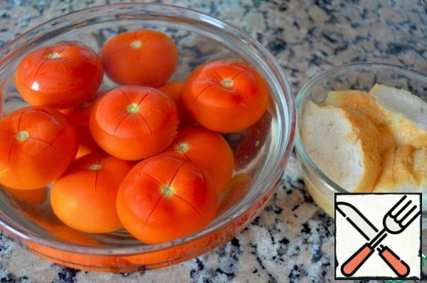Put the tomatoes in a large bowl and pour boiling water. Drain the water after 10 seconds and when the tomatoes have cooled, peel them off. Put the bread in a bowl and pour water at room temperature.