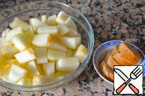 The melon peel, cut into cubes. Leave some melon for decoration. Bread to soak. Dried tomatoes dry on a paper napkin to take away extra oil.