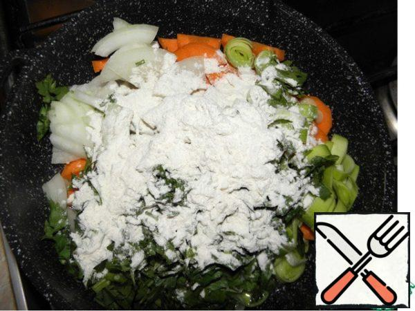Heat the pan with vegetable oil, put the vegetables, add spices and 2 St l of flour, fry for 5-6 minutes on medium heat.