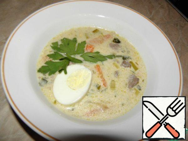 Soup is ready. Optionally, you can add a boiled egg to the plate.