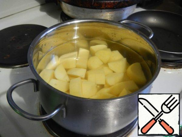 Potatoes clean, wash and cut into small pieces. Boil in a liter of water. The water is not drained!!