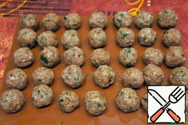 Minced put in a bowl, add very finely chopped and fried until golden brown onion, spices, seasoning and herbs, mixed. If the stuffing is too thick, pour a spoonful of water. Mix the minced meat. Roll small balls, put them on the board and take out the cold.