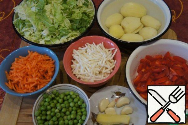 Prepare vegetables (all vegetables are weighed in already peeled). Carrots and celery chop sticks, peppers cut into small rhombs, potato of cubes, cabbage  cut lengthwise into wide strips and then across the wide noodles. Ginger grated, garlic finely chop with a knife. Mushrooms to boil and cut into pieces.