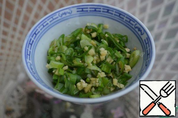 Peel and finely chop the ginger, chop the green onion into thin rings. Put an ginger and onion in a bowl, add vinegar and sesame oil, and to mix.