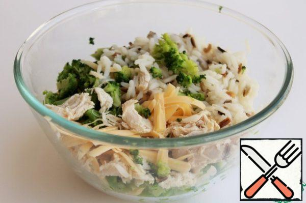 In a large bowl combine boiled rice, cheese, chicken and broccoli. Salt and pepper to taste. Stir. The filling is ready.