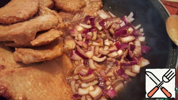 Finely chop the red onion and fry in the meat sauce.