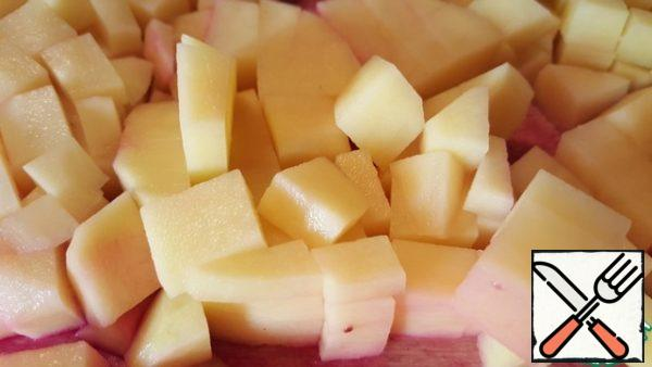 Cut boiled peeled beets medium size cube. Add to the pot. Sun-dried tomatoes cut into small pieces, add in a saucepan. Slice the peeled potatoes cut cube and add to the pot.