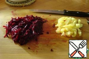 Beets also rub on a grater, bell pepper cut into dice.