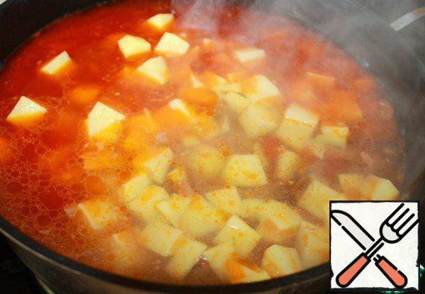 Potatoes cut into cubes, add to the meat, pour boiling water (1-1.5 liters,depending on what density you want the soup.) Salt.