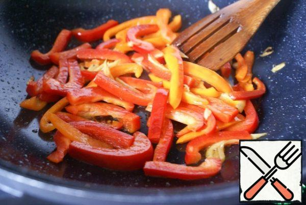 Add peppers, fry, stirring, for about 5 minutes.