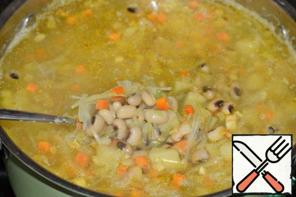 Put in a pot, boiled until cooked beans (or use canned), fried vegetables, salt soup, season with pepper. Boil five minutes, remove from heat, cover and let stand the soup for 10-20 minutes. You're done! When serving, add to bowls of soup with chopped greens and a few drops of lemon juice. (on taste)