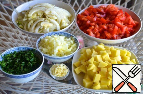 Tomatoes and potatoes cut into cubes of medium size. Garlic and parsley finely chopped. Onions cut into small cubes, fennel – thin half-rings.