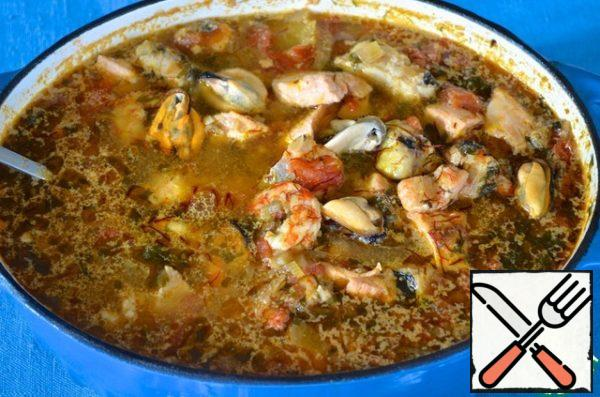 Pour the potatoes into the broth and cook over medium heat for 10 minutes. Add fish, shrimp and saffron. Try salt and pepper and cook for another 5 minutes. Add to the soup prepared mussels, cover and let stand for 3 minutes.