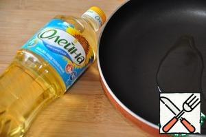 For cooking, take sunflower oil, pour in the pan.