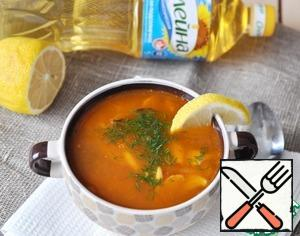 Serve hot Solyanka with a slice of lemon, sprinkle with chopped herbs.