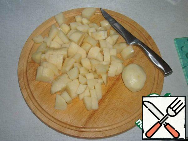 Cut potatoes into cubes all but one. When the broth boils, throw all the potatoes in the pan (and the whole potato too). When the broth boils again, salt it.