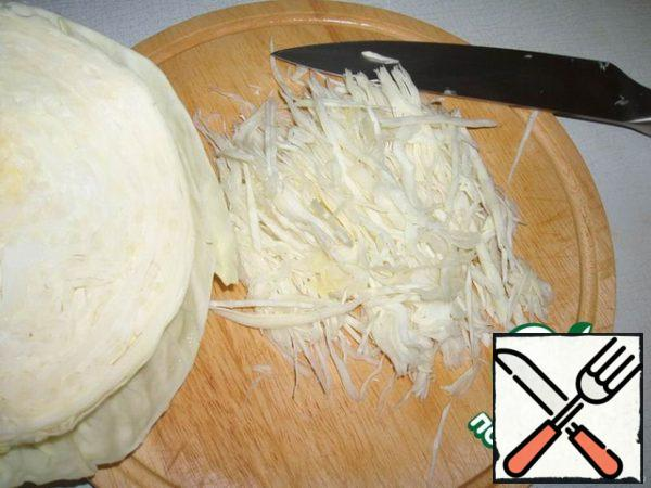 After that, chop the cabbage, throw it into the pan. Give to boil and boil for 1 minute.