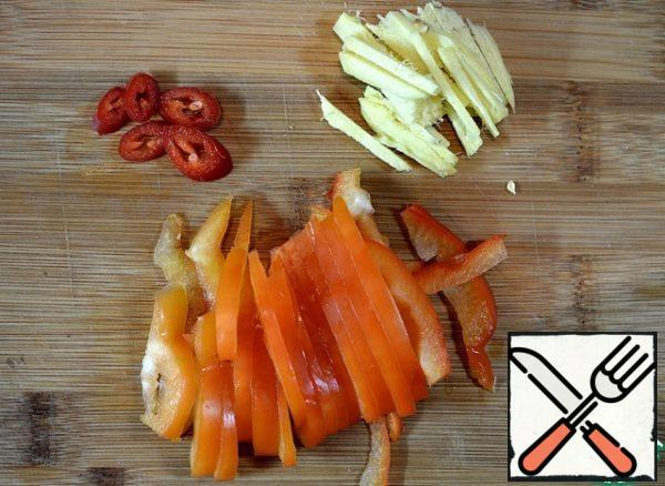 Cut the bell pepper and ginger into strips and chilli into mugs.