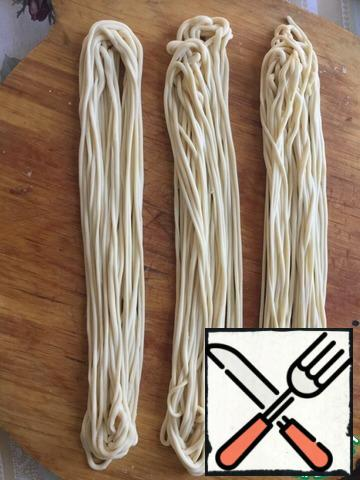 Skip the workpiece through the fingers, pulling the noodles.