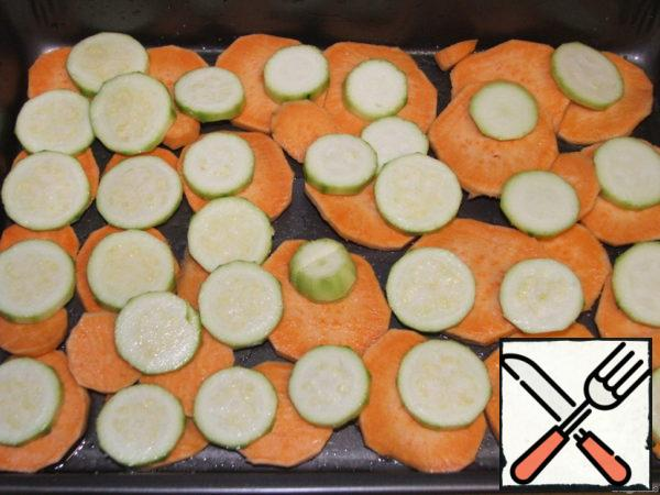 Peel and slice zucchini and place potatoes on top. Little salt.