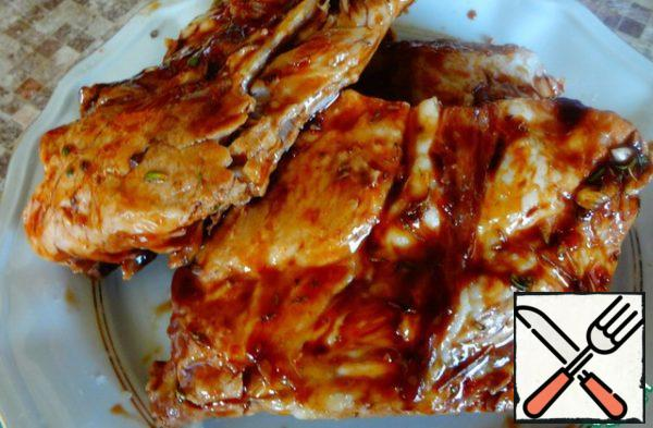 This sauce smear on cooked pork ribs for at least 30 minutes. Then to fry them on the grill, under the grill, on the barbecue grill or on the coals, put on the skewers.