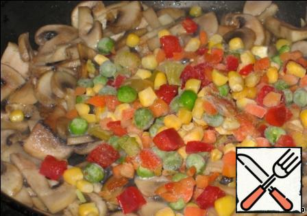 Mushrooms cut into pieces and fry with vegetables in a pan.