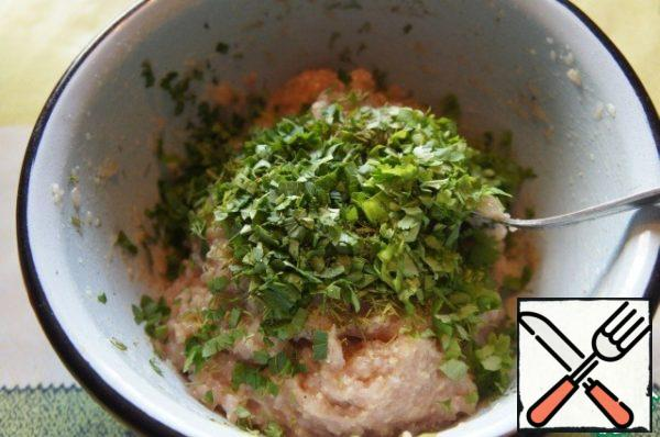 Finely chop the herbs and stir in the minced meat. To remove the stuffing for 20 minutes in the refrigerator.