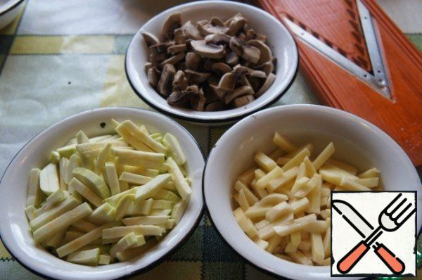 Meanwhile, prepare the rest of the products. Potatoes and zucchini cut into cubes, mushrooms - slices, chop the garlic.