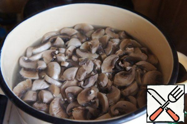While preparing roasting in the boiling broth to lower the potatoes, bring to boil, add the mushrooms, again bring to a boil and cook over low heat for 10 minutes.