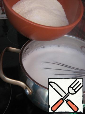 In boiling milk, stirring constantly with a whisk, pour slowly grits and cook for 5-10 minutes until thick.