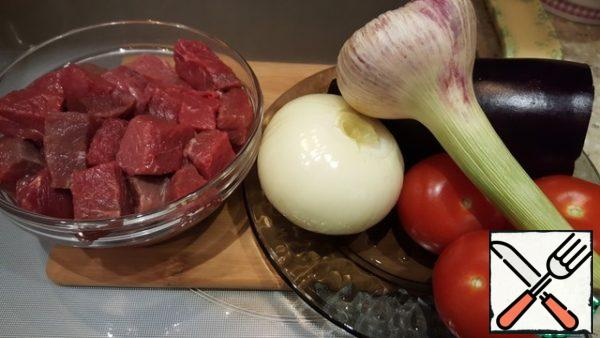 Wash and dry the meat. Cut into a cube about 3×3cm. Add the meat in a suitable container, pour soy sauce, sprinkle with spices, mix well. Prepare the vegetables.