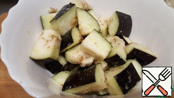 Cut eggplant into large cubes, sprinkle with salt, mix and leave for 20 minutes.
