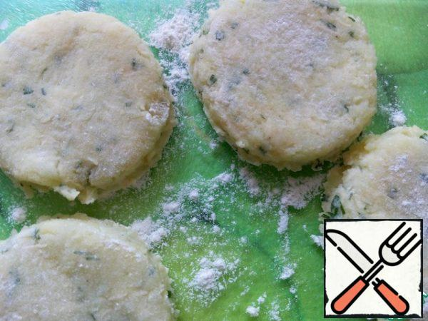 Put the potato mass on a floured surface and knead into a layer about 0.8 cm thick. A small glass to cut out circles, breaded in flour.