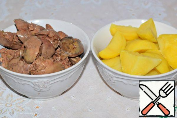 Boil chicken liver and potatoes. In the finished (boiled) form the ratio of liver and potatoes should be 1:1.